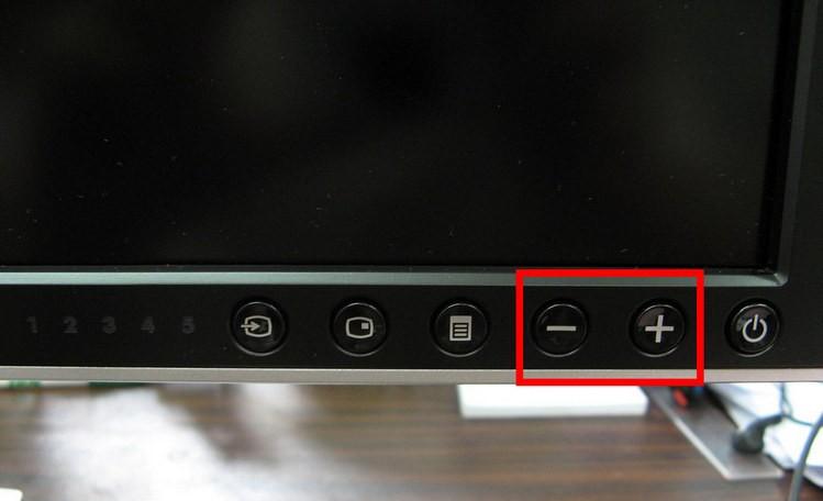 Кнопки яркости на мониторе